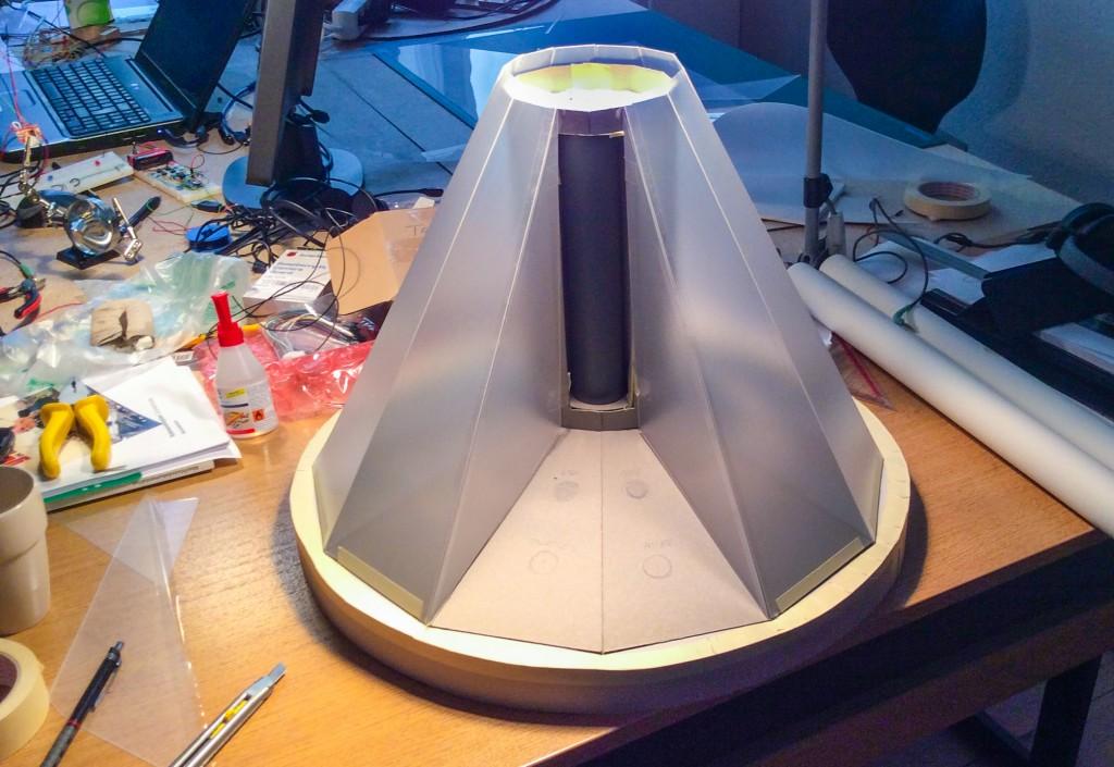 Mini-Computer Model aus Pappe und Vinyl